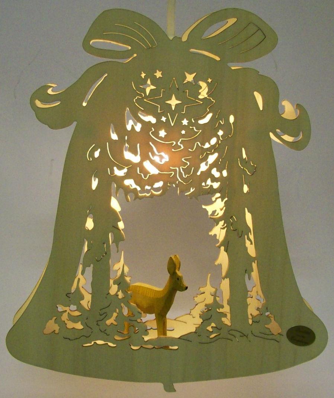 Fensterbild mit reh im wald holz kunst for Weihnachtsreh beleuchtet